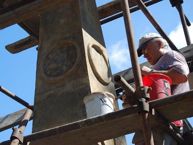 Oprava obelisku ve Smetanových sadech v Prostějově
