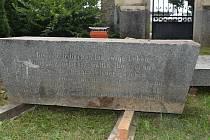 Několikatunový vzácný kámen se vrátil do Prostějova. Jde o náhrobek významného židovského podnikatele Jakoba Schreibera z Krásna.