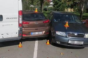 Nehoda kamionu s přívěsem v Prostějově poškodila tři zaparkovaná auta