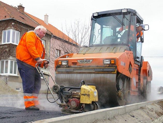 Práce na novém rondelu na křižovatce ulic Určická a Okružní v Prostějově finišují.