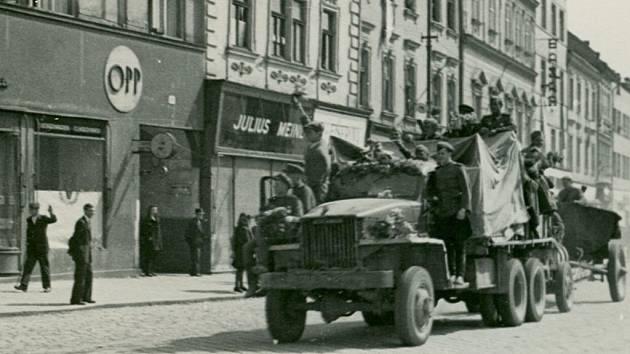 Sovětští vojáci na hlavním náměstí dne 9. května 1945