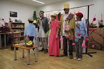 Děti z prostějovského Dětského domova zahráli seniorům divadlo. Nechyběl ani tanec či zpěv.