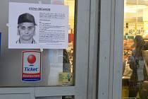 Plakátky s rekonstruovaným portrétem hledaného vraha z Okružní