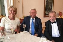 PŘÁTELÉ. Manželé Petra a Miroslav Černoškovi na společné večeři s Karlem Gottem.