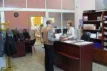 Čítárna funguje v budově Střední zdravotnické školy na Vápenici.