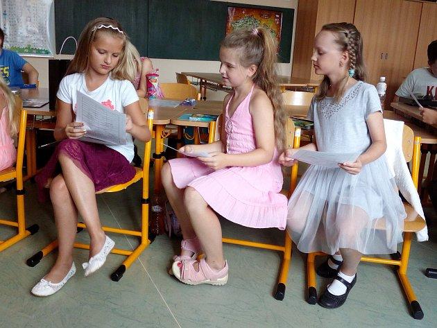 Děti v Čechách pod Kosířem dostaly vysvědčení, učitelky poděkování od starosty.