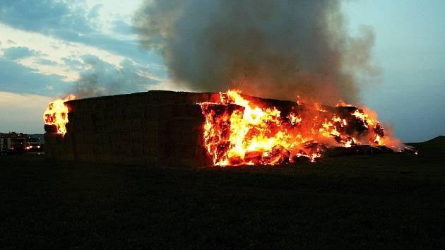Hasiči po několika měsících opět vyráželi k požáru slámy na staré letiště u Brodku u Prostějova.