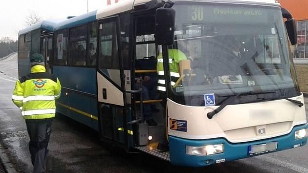 Bezpečnostně-dopravní akce. Kontrola autobusů a nákladních aut