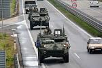 Vojenská technika Američanů na dálnici D 46 u Prostějova.