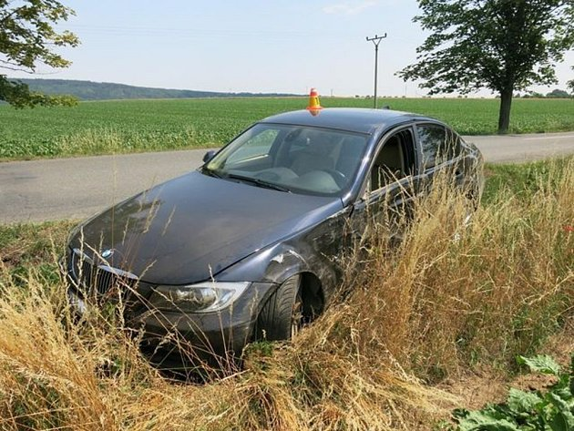 Nehoda BMW mezi Kostelcem a Hluchovem