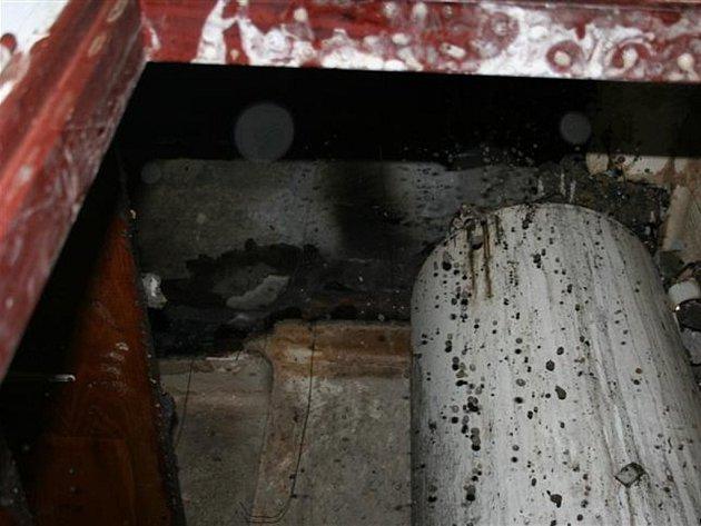 Požár mezistropních prostor vpaneláku vMoravském Berouně
