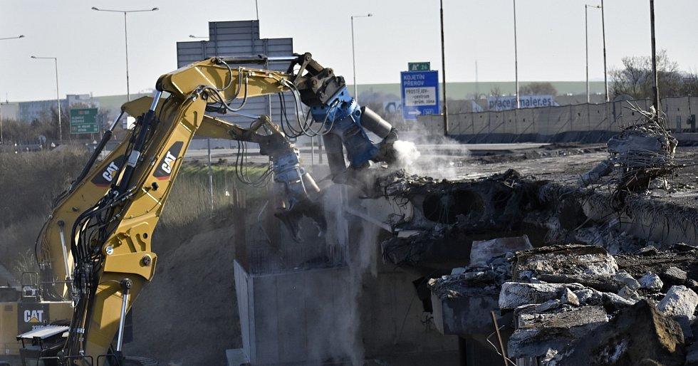 Útok bagrů na demolici dálničního mostu na D46 v Prostějově. 10.4. 2021.