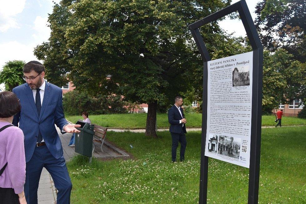 Informační totem na Starém židovském hřbitově v Prostějově