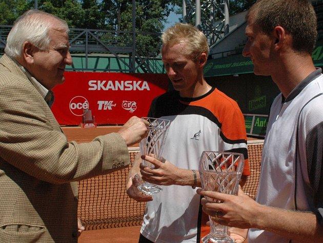 Stříbrným deblistům tenisového UniCredit Czech Open 2007 Tomáši Cibulcovi a Leoši Friedlovi gratuluje k finálové účasti šéf sportu v České televizi Ota Černý.