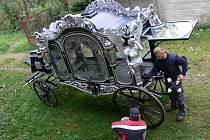 Zrekonstruovaný smuteční kočár.