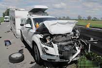 Nehoda BMW a obytného přívěsu na R46