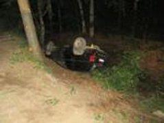 Muž nezvládl řízení a poslal džíp na střechu. Řidič byl opilý.
