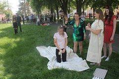 Prostějovští studenti připravili na náměstí Spojenců pro kolemjdoucí překvapení: pasování svých mladších spolužáků na čtvrťáky.