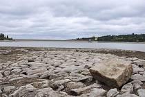 Vody v přehradě stále ubyvá, zajímavých nálezů zato přibývá (situace na plumlovské přehradě 16. října)