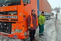 Řidič náklaďáku Roman Staněk v žlutozelené vestě na zapadlé komunikaci mezi obcemi Malé Hradisko a Protivanov