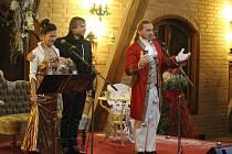 Tříkrálový koncert - Zpěváci Richard Pachman a Dita Hořínková zaplnili depozitář Muzea historických kočárů.