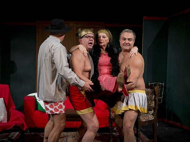 Během představení se na pódiu vystřídá celá řada známých osobností.