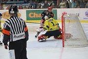 Hokejisté Prostějova (v černém) proti Přerovu