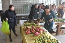 Společenský dům opět po čase hostil akci obchodu bez obalů. Tentokrát k africké exotice přibyly také citrusy z Kréty.