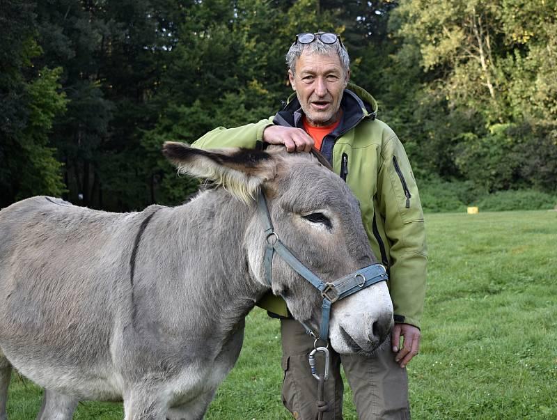 Německý dobrodruh Michael Rinderle se svým oslem křižuje republiku. Míří až na Dálný východ. 4.10. 2021