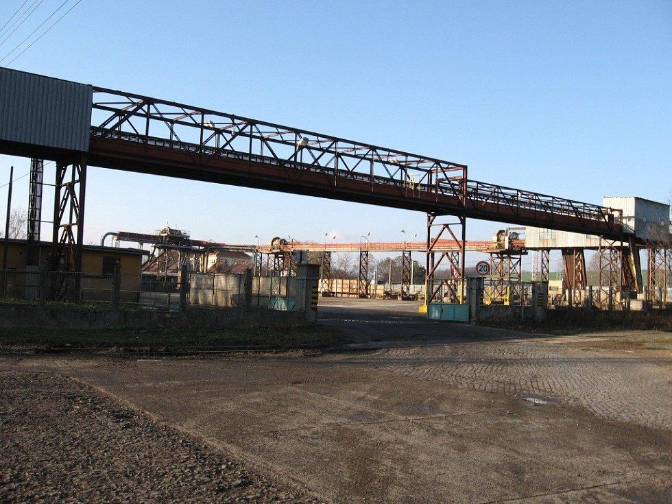 Na místě Němčického cukrovaru vyrostou drobné podniky, bytová výstavba či zeleň. Fotografie cukrovaru, stav v roce 2006