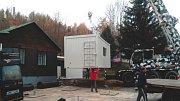 Nová kontejnerová kuchyně v plumlovském kempu Žralok - usazování