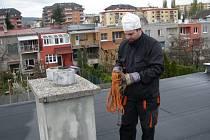 Dnes už kominíka v klasickém mundúru nepotkáte. Na fotce Petr Černohous mladší.