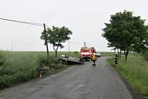 Řidička i s autem skončila u Krumsína po smyku na střeše