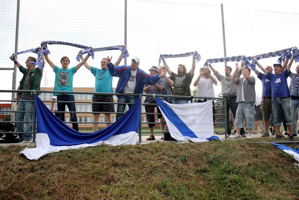 Prostějovští fotbalisté (v modrém) ve své domácí třetiligové premiéře nestačili na Frýdek-Místek, kterému podlehli 1:3.  Fanoušci Frýdku-Místku