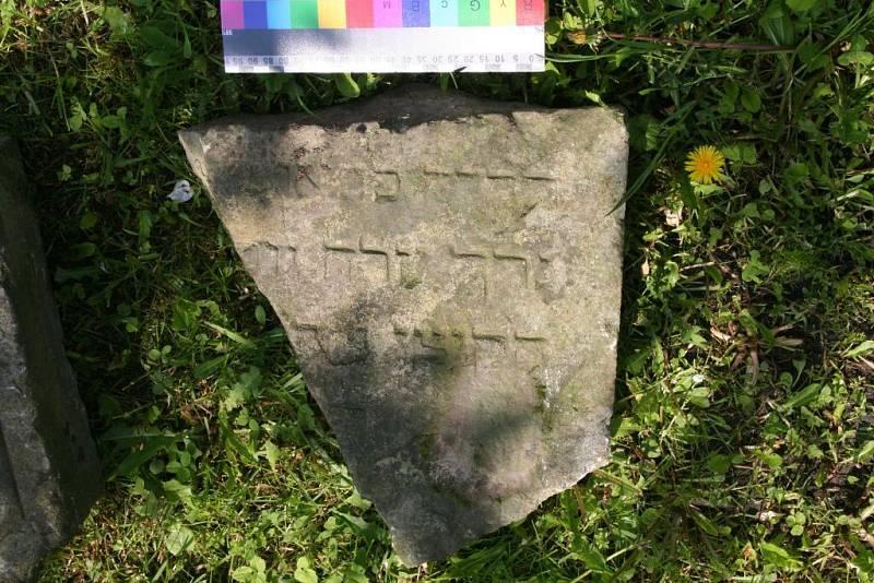 Jeden z nalezených úlomků v Mlýnské ulici