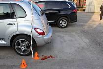Následky nehody na dvoře domu ve Svatoplukově ulici vProstějově