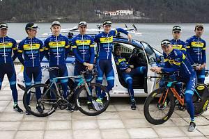 Cyklistická stáj TUFO Pardus Prostějov představila závodníky na novou sezonu. Pózovali u plumlovské přehrady.