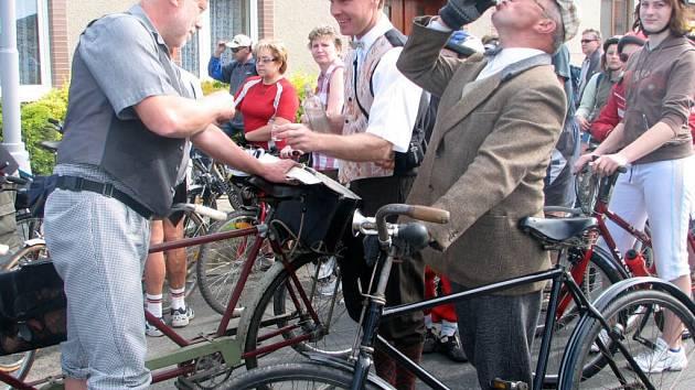 Nový úsek cyklostezky otestovali i členové pivínského Větřáku v dobových kostýmech.