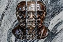 Memoriální deska filozofa Edmunda Husserla od sochaře Miloše Karáska.