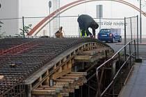 Stavba nového můstku přes Hloučelu v Močidýlkách