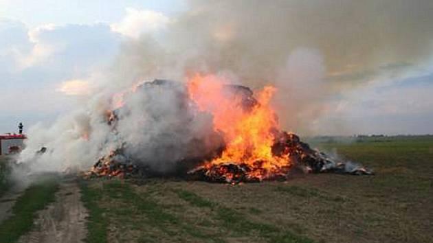 Požár stohu u Kelčic