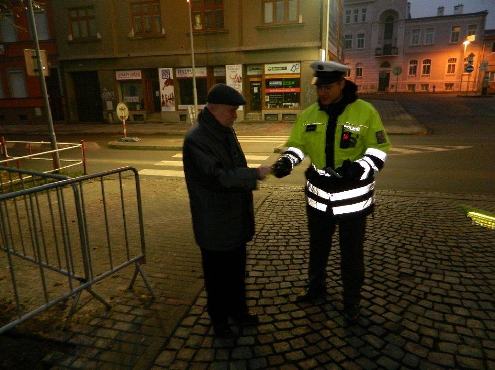 Policisté upozorňovali chodce na to, jak je důležité být dobře vidět