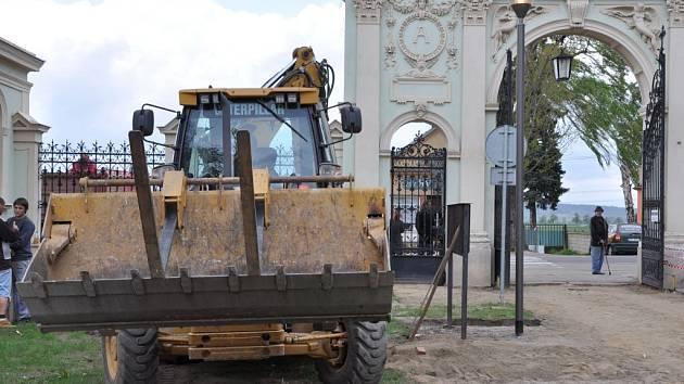 Dělníci opravují hřbitov v Prostějově.