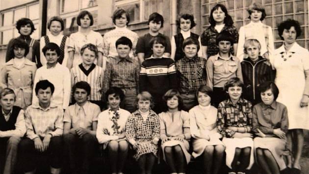 ZÁKLADNÍ ŠKOLA, 1979/1980 - V roce 1835 byla V Drahanech založena obecná škola, o sto let poději pak vznikla Měšťanská škola, která byla spádová pro okolní obce. Do roku 2010 zde fungoval i druhý stupeň. Dnes je žákům k dispozici 1.-5. třída. Na fotografi