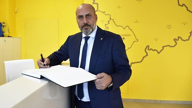 Primátor města, František Jura podepisuje kondolenční knihu