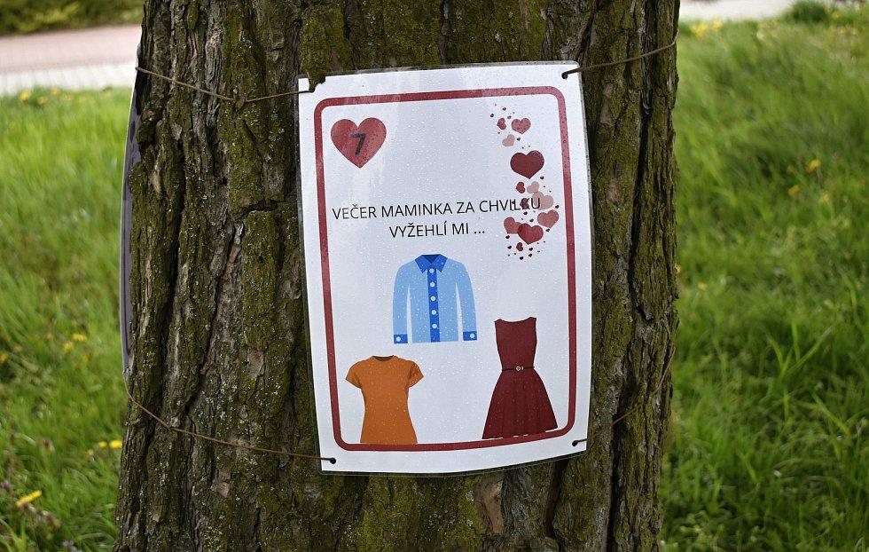 Před prostějovským Mateřským centrem Cipísek vyrostl strom Láskovník.