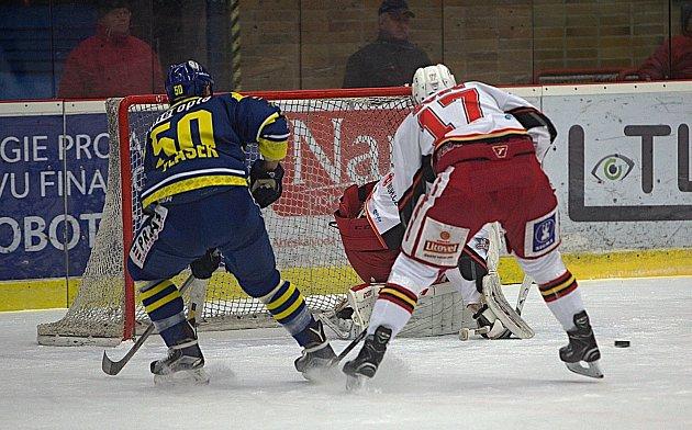 Karel Plášek starší střílí gól na 1:0.