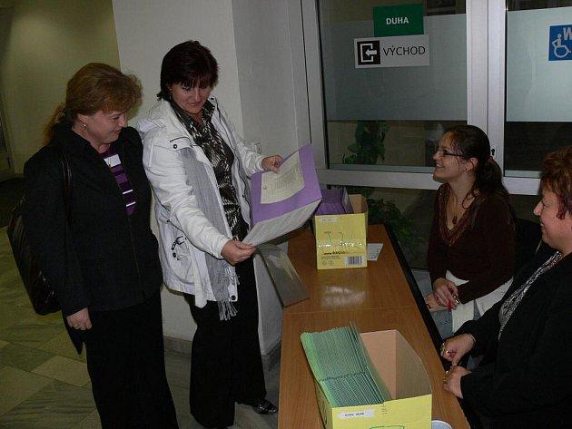 Předávání sčítacích archů vbudově prostějovského městského úřadu