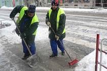 V zimě nezaměstnání odklízeli sníh.