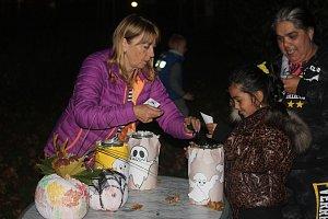Děti si v setmělém parku užily stezku plnou dýní i úkolů